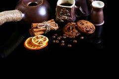 Ensemble de plan rapproché de plats de café, de café d'expresso, de lait et de cuillère de cacao, biscuits croquants ronds de cho photographie stock libre de droits