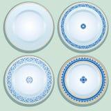 Ensemble de plat blanc de porcelaine avec l'ornement bleu, modelé en rond Image stock