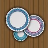 Ensemble de plats décoratifs avec un ornement tribal ethnique de travail manuel et un espace vide au centre illustration stock