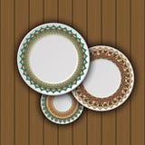 Ensemble de plats décoratifs avec un ornement tribal ethnique de travail manuel et un espace vide au centre Photo libre de droits