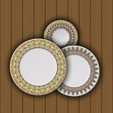 Ensemble de plats décoratifs avec un ornement tribal ethnique de travail manuel et un espace vide au centre Photographie stock