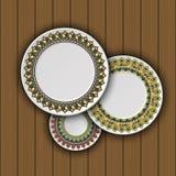 Ensemble de plats décoratifs avec un ornement tribal ethnique de travail manuel et un espace vide au centre Photo stock