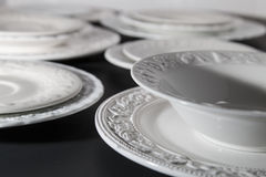 Ensemble de plats texturisés en céramique blancs photos libres de droits