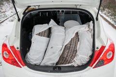 Ensemble de pneus d'été berline avec hayon arrière blanche de plein tronc dans une forêt Image stock