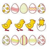 Ensemble de poulets de bébé et d'oeufs de pâques décorés illustration stock