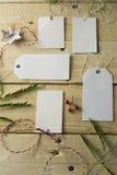 Ensemble de prix à payer de papier vides, fond en bois Image libre de droits