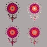 Ensemble de quatre dreamcatchers colorés dans des tons rouges Photos stock