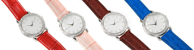 Ensemble de quatre montres avec les courroies colorées images stock