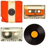 Ensemble de rétros cassettes compactes et d'albums de vinyle d'isolement sur le petit morceau Images libres de droits
