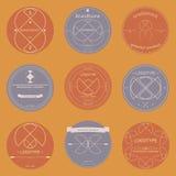 Ensemble de rétros insignes géométriques, de rubans et de labels de logotype illustration stock