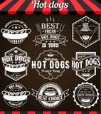 Ensemble de rétros labels, d'insignes et de logos de vintage de hot-dogs sur le tableau noir Images libres de droits