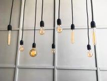 Ensemble de rétros lampes à incandescence sur un fond bleu de mur Photographie stock libre de droits