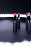 Ensemble de rouge à lèvres mat dans des couleurs rouges et naturelles sur le fond blanc et noir Rouges à lèvres colorés de mode M Image libre de droits