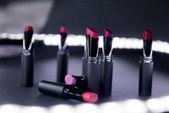 Ensemble de rouge à lèvres mat dans des couleurs rouges et naturelles sur le fond noir blanc Rouges à lèvres colorés de mode Beau Images stock