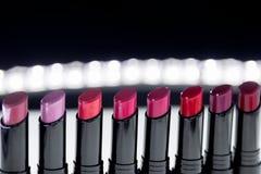 Ensemble de rouge à lèvres mat dans des couleurs rouges et naturelles sur le fond noir blanc Rouges à lèvres colorés de mode Beau Image stock