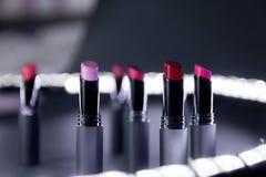 Ensemble de rouge à lèvres mat dans des couleurs rouges et naturelles sur le fond noir blanc Rouges à lèvres colorés de mode Beau Photographie stock