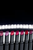 Ensemble de rouge à lèvres mat dans des couleurs rouges et naturelles sur le fond noir blanc Rouges à lèvres colorés de mode Beau Photos stock