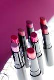 Ensemble de rouge à lèvres mat dans des couleurs rouges et naturelles sur le fond rose blanc Rouges à lèvres colorés de mode Beau Photo stock