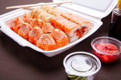 Ensemble de roulis de sushi La livraison de la maison asiatique de nourriture Petits pains de sushi dans la boîte thermique avec  Photographie stock