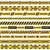 Ensemble de rubans jaunes avec le crâne noir de danger de lettrage et de rayures indiquant l'endroit dangereux sur un fond blanc  illustration de vecteur