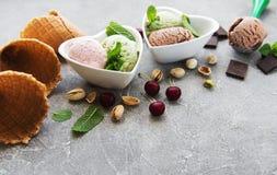 Ensemble de scoops de crème glacée de différentes couleurs et saveurs photos stock