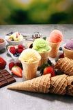 Ensemble de scoops de crème glacée de différentes couleurs et saveurs photo stock