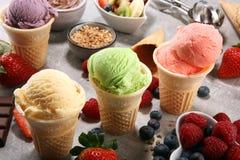 Ensemble de scoops de crème glacée de différentes couleurs et saveurs photo libre de droits