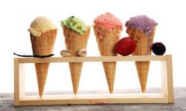 Ensemble de scoops de crème glacée de différentes couleurs et saveurs image libre de droits