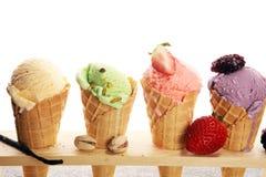 Ensemble de scoops de crème glacée de différentes couleurs et saveurs photos libres de droits