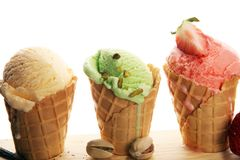 Ensemble de scoops de crème glacée de différentes couleurs et saveurs photographie stock