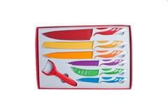 Ensemble de sept couteaux de cuisine en acier dans le boîte-cadeau d'isolement sur le blanc Photos libres de droits