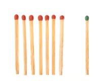 Ensemble de sept matchs en bois rouges et d'un vert Photos stock