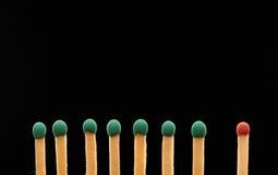 Ensemble de sept verts et de matchs un en bois rouges Images stock