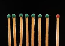 Ensemble de sept verts et de matchs un en bois rouges Photographie stock