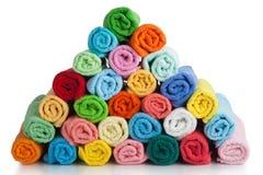 Ensemble de serviettes colorées sur le blanc. Photos stock