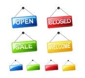 Ensemble de signes accrochants Ouvrez le signe, signe fermé, signe de vente, signe bienvenu Photos stock