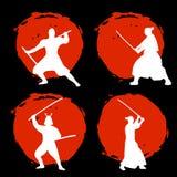 Ensemble de silhouette samouraï de guerriers sur la lune rouge et le backgro noir Photographie stock libre de droits