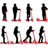 Ensemble de silhouettes des enfants montant sur des scooters Photographie stock