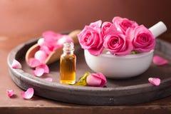 Ensemble de station thermale avec le mortier rose de fleurs et l'huile essentielle images libres de droits