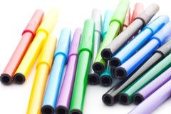 Ensemble de stylos feutres sur le fond blanc Image stock