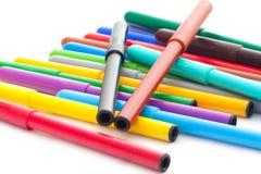 Ensemble de stylos feutres sur le fond blanc Photo stock
