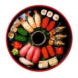 Ensemble de sushi dans l'isolat rond noir de plat de Sushioke Photo stock