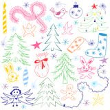 Ensemble de symboles drôle tiré par la main coloré de Noël de griffonnage Dessins d'enfants des sapins, cadeau, bougie, jouets, A illustration stock