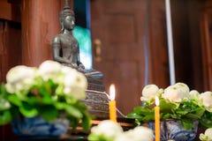 ensemble de table d'autel dans le hall de mariage présentez pour l'endroit que la statue de Bouddha pour prient et adorez avant c photographie stock