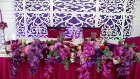 Ensemble de Tableau pour le dîner de mariage décoré des fleurs banque de vidéos