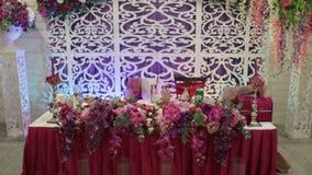 Ensemble de Tableau pour le dîner de mariage décoré des fleurs clips vidéos