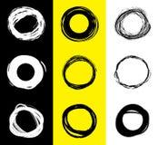 Ensemble de taches rondes noires et blanches Cercles tirés par la main de griffonnage Bannière de tache pour le texte Pays de rap illustration de vecteur