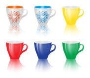 Ensemble de tasses colorées sur le fond blanc Photographie stock libre de droits