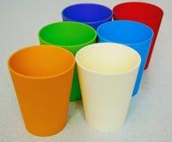 Ensemble de tasses colorées sur une table Photo libre de droits