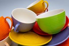 Ensemble de tasses et de plats colorés sur la vue supérieure de fond blanc photo stock